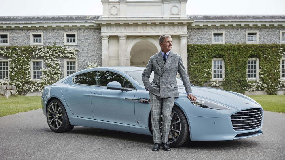Jeremy Hackett junto a uno de los cinco vehículos Aston Martin Q...