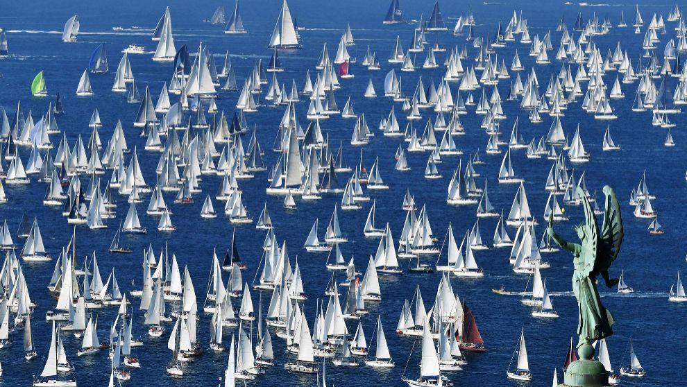Decenas de barcos desfilan frente al faro Victoria de Trieste, durante...