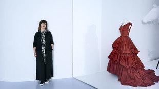 Miren Vives la directora, nos enseña el museo Balenciaga donde...