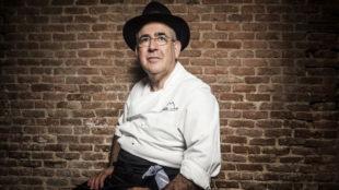 Abraham García es un incondicional del sombrero, el chef, 68 años,...