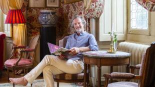 De Broglie, 55 años, posa en uno de los salones del castillo de La...