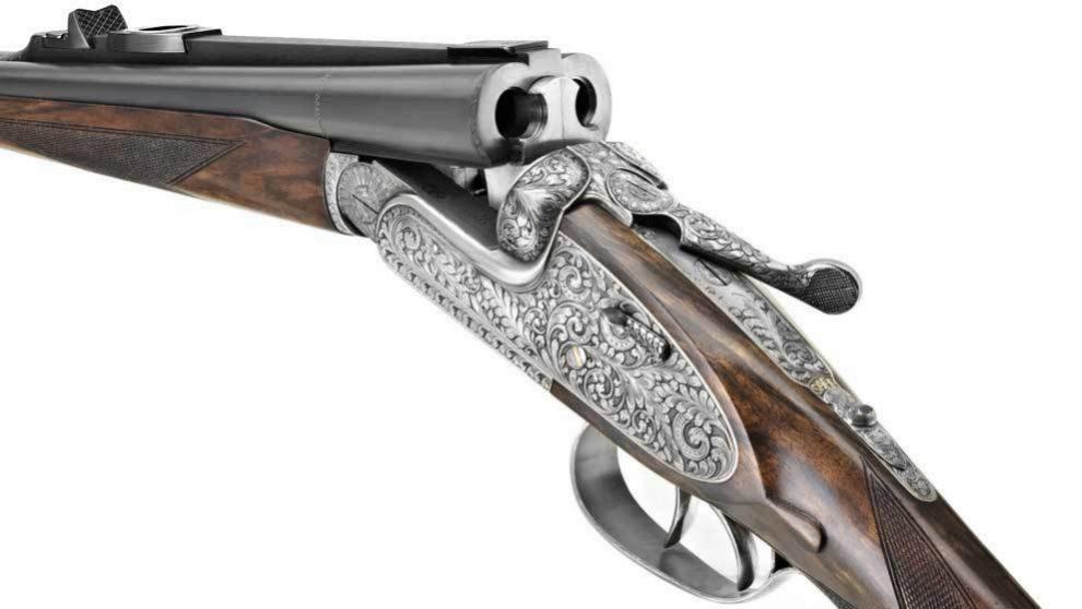 El rifle Express AYA, fabricado artesalmente con madera de nogal y...
