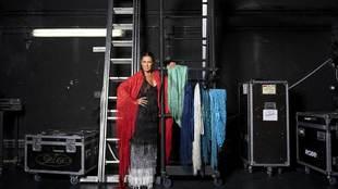 La bailaora Sara Baras, 47 años, rodeada de sus mantones y con el...