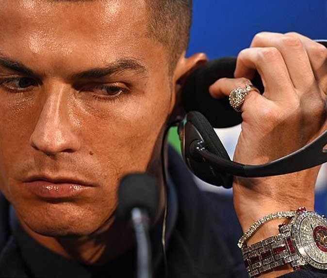 Cristiano Ronaldo estrena en la Juventus un reloj de diamantes que cuesta más de un millón de euros