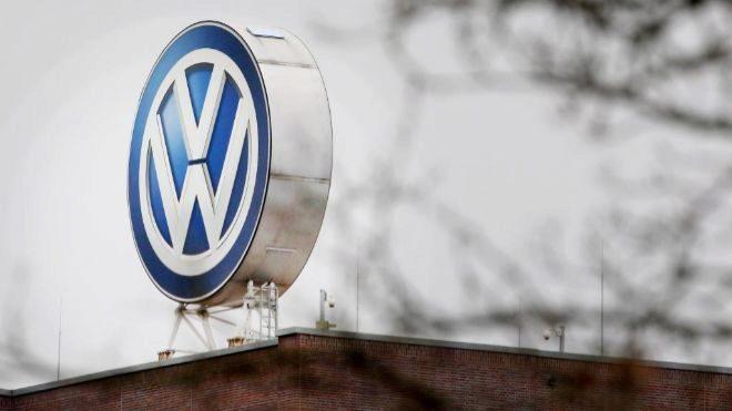 Logotipo de Volkswagen en una fábrica del grupo automovilístico en...