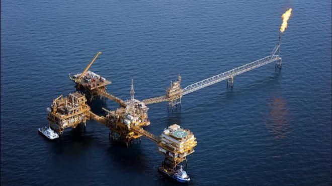 El petróleo inicia el bloqueo a Irán desinflado un 15% en un mes