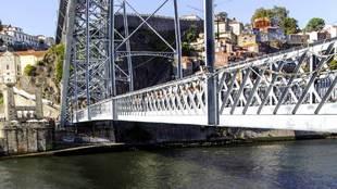 Oporto con sus calles y edificios históricos con una renacida oferta...