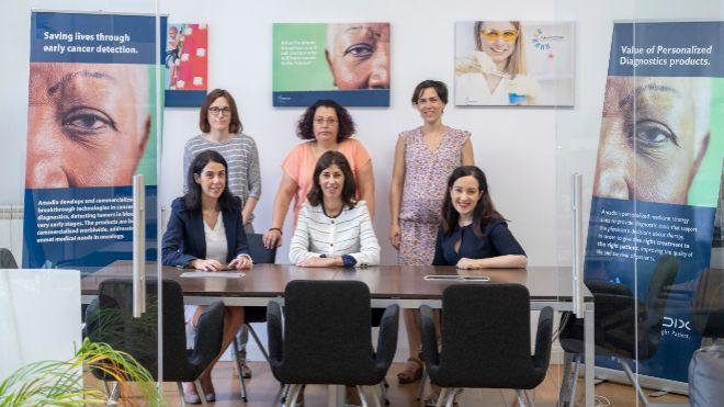 El equipo de la biotecnológica Amadix, con su consejera delegada,...