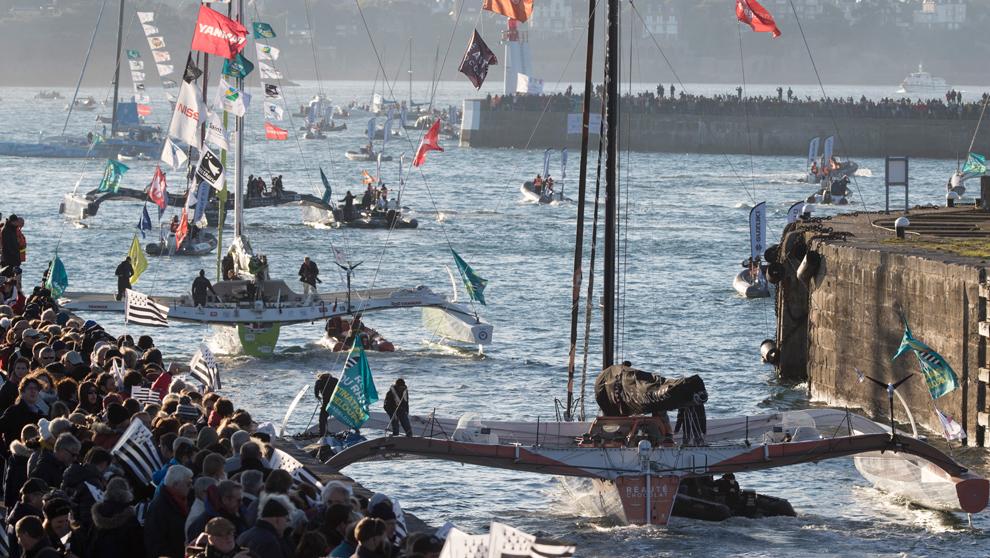 Varios multicascos salen del canal del puerto de Saint-Maló antes de...