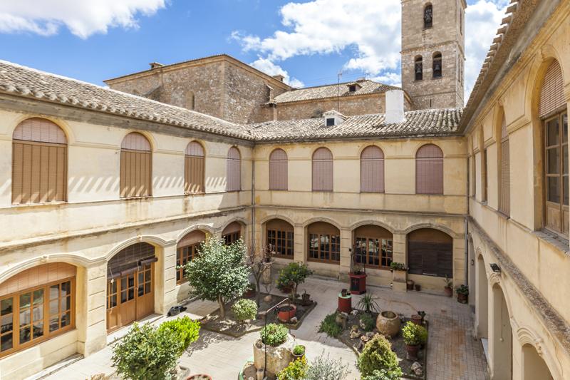 Junto a la Iglesia de Socuéllamos (Ciudad Real) se encuentra la...