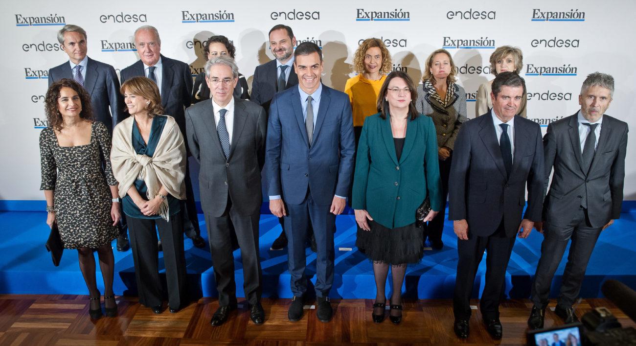 En la primera fila, de izquierda a derecha: María Jesús Montero,...