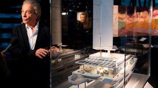 Titouan Lamazou muestra la maqueta de su barco/taller en el Museo del...