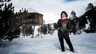 Cristina Viladomat, 58 años, ante la cabaña donde aloja a sus...