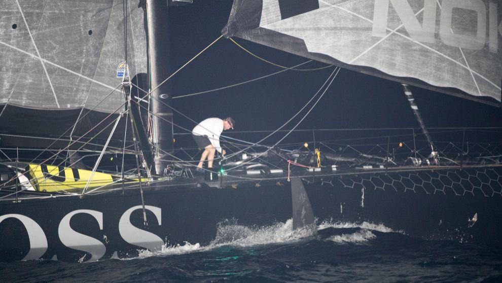 Thomson, en la cubierta del 'Hugo Boss', tratando de avanzar...