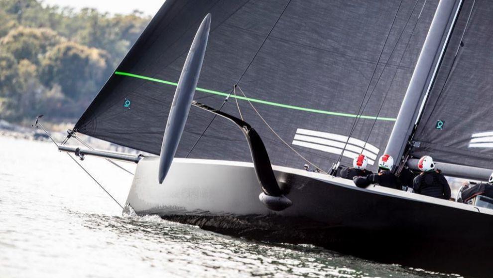 El prototipo del American Magic, navegando en la bahía Narragansett,...