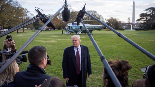 El presidente de los Estados Unidos Donald Trump, antes de abordar el...
