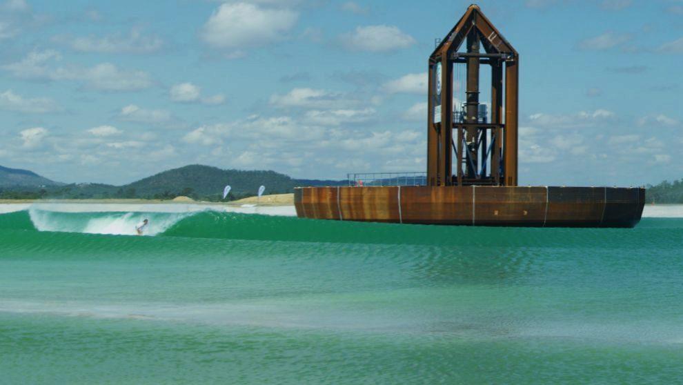 Un surfista caza una ola generada por la estructura hidráulica...