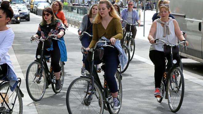 Es habitual ver grupos de turistas con bicicletas en el centro de las...