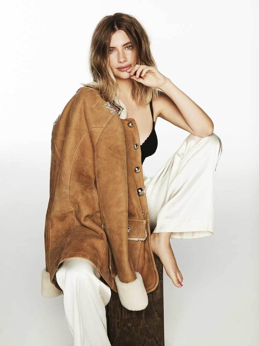 Miriam Giovanelli viste chaqueta de borreguito y pantalón blanco...