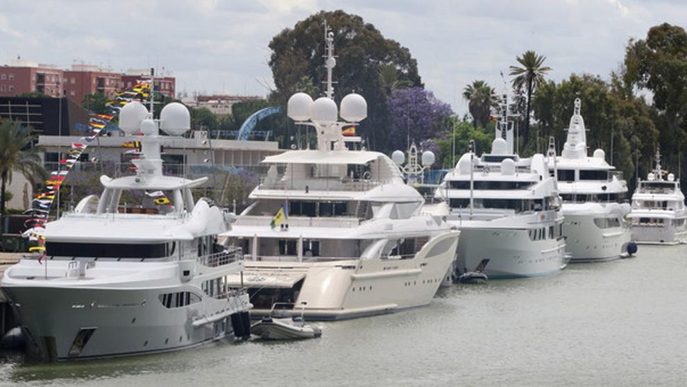 Varios yates de lujo amarrados en el Muelle de las Delicias, durante...
