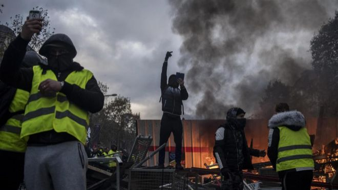 París arde en llamas ante protestas por la alza de combustibles