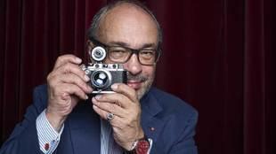 El doctor Andreas Kaufmann, 65 años, con una Leica CL. El reloj, los...