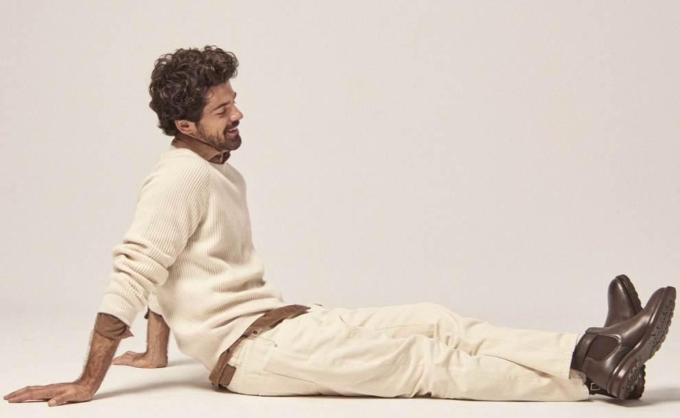 Moda: Jersey de lana crudo, 900; camisa de pana marrón, 590 , todo de...