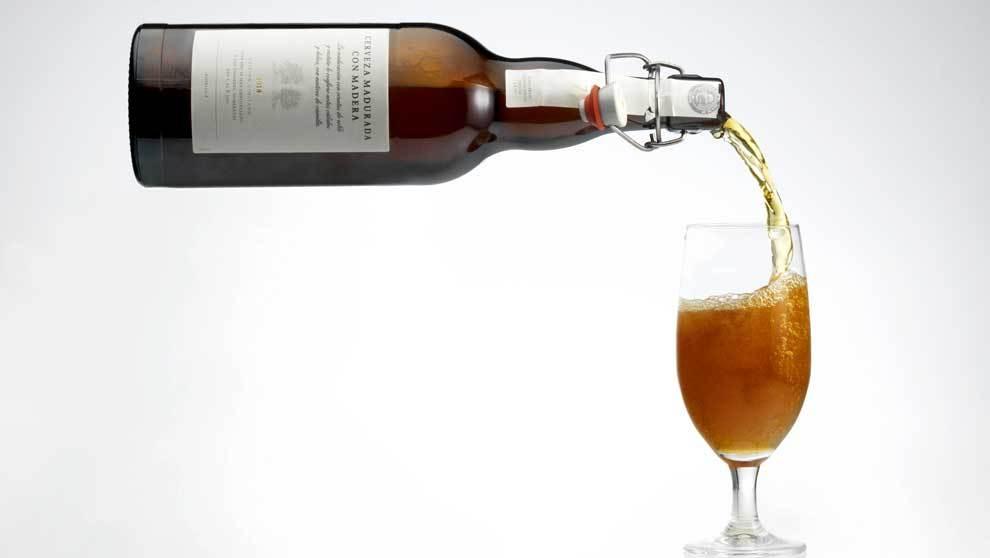 Cerveza madurada con madera en virutas de roble y castaño. Edición...