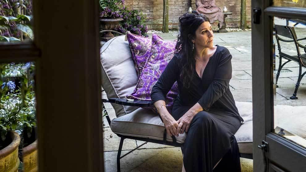 Cabellut, 57 años, fotografiada en el patio desu estudio y hogar en...