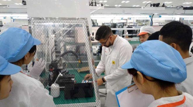 Empleado de Bq en la nueva fábrica en Vietnam.
