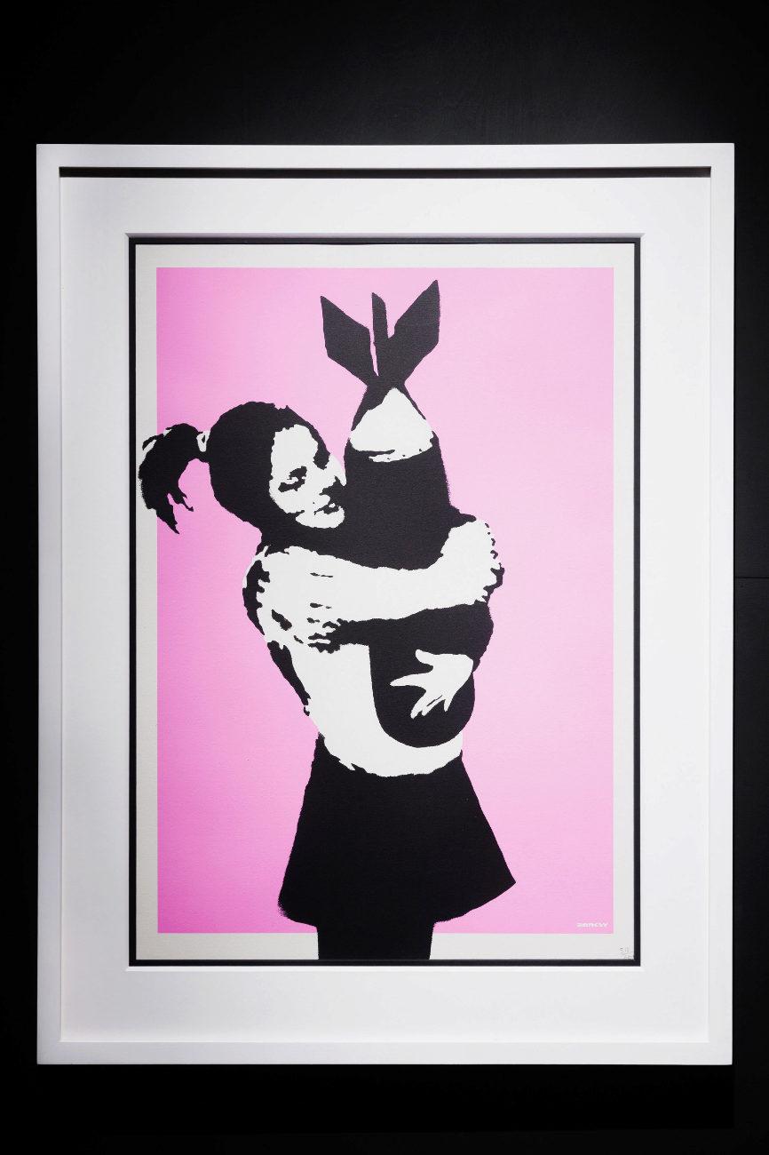 Serigrafía bicolor en la que una joven abraza tiernamente un misil...