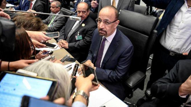 El ministro de Energía de Arabia Saudí, Khalid al-Falih (c), atiende...