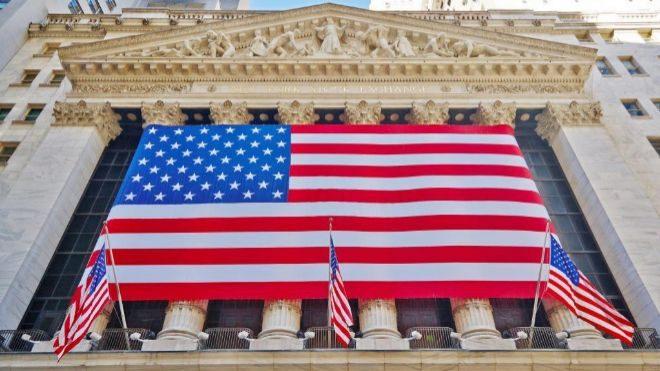 Bandera de Estados Unidos sobre la fachada de Wall Street.