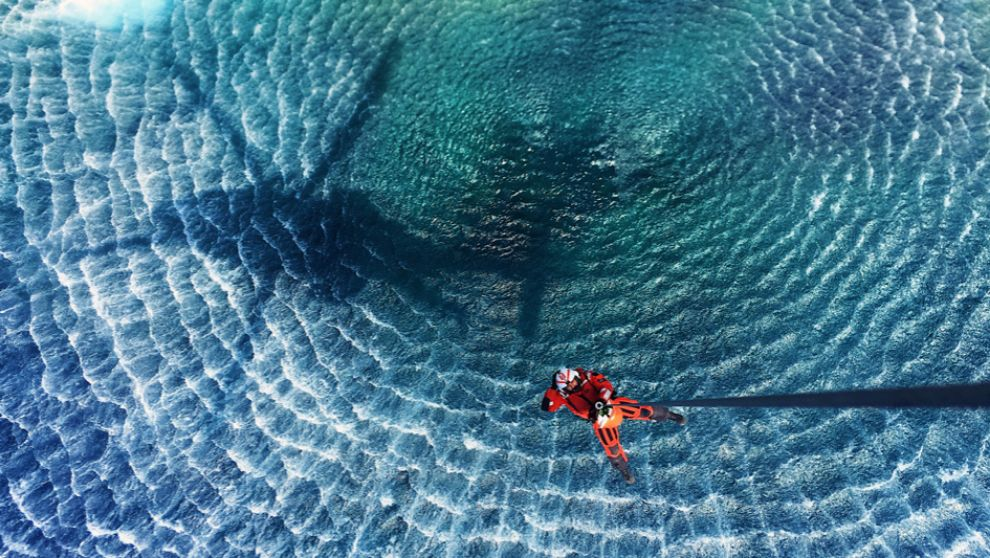 Un 'ángel del mar' de Salvamento Marítimo desciende de un...