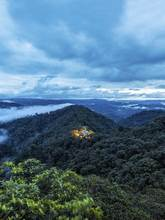 """El """"lodge"""" se edificó en un claro ya existente en el bosque lluvioso..."""