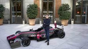 Ferdinand de Habsburgo, 21 años, con el coche de Drivex con el que...