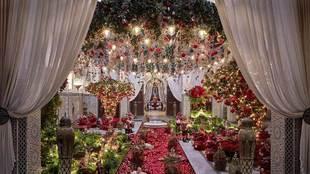"""El """"lobby"""" con la exhuberante decoración de Navidad en..."""