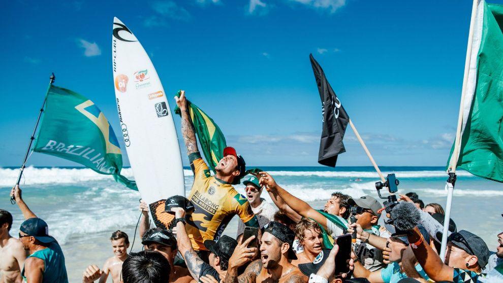 Gabriel Medina celebra su título de campeón del mundo tras la final...