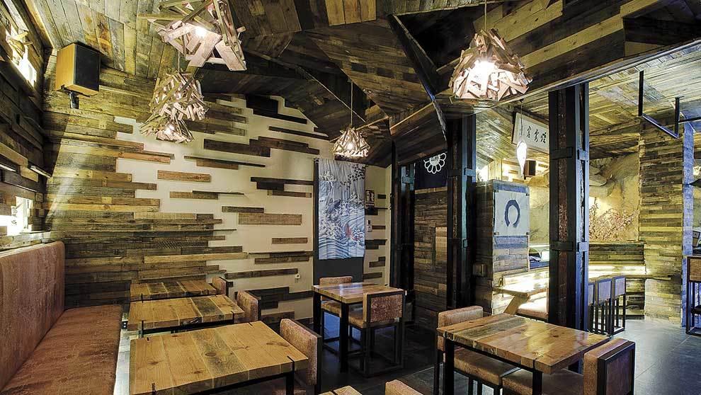 Zona del restaurante en la planta de arriba de Yugo The Bunker.