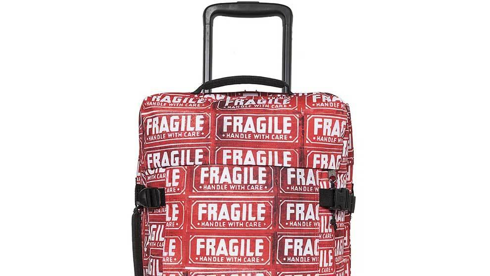 El tamaño equipaje rojo con el logo clásico de la firma Eastpak en...