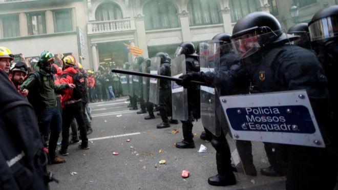Los Mossos dEsquadra se enfrentan a simpatizantes independentistas...