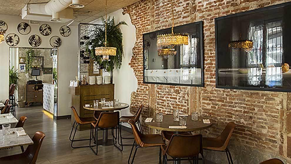 Comedor con paredes de ladrillo visto.