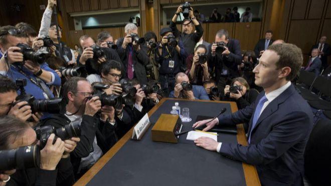 En abril, el CEO de Facebook, Mark Zuckerberg (d), testificó ante el...