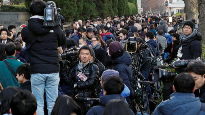 Los medios de comunicación esperan fuera del Tribunal de Distrito de...