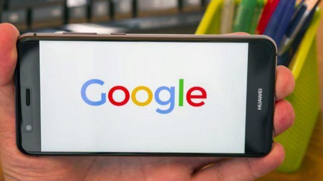 Teléfono móvil con el logo de Google en pantalla. DREAMSTIMEEXPANSION
