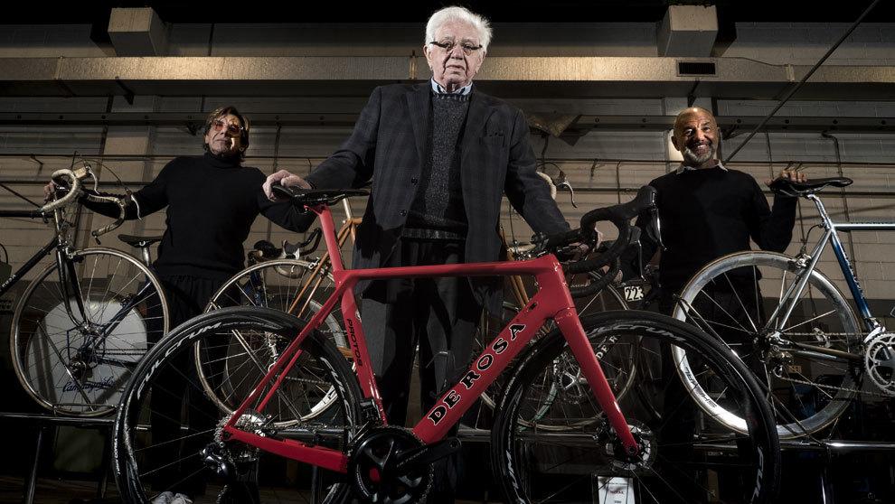En el centro, el fundador Ugo de Rosa, 84 años, entre sus hijos. A su...