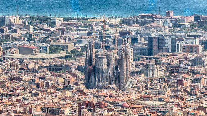 Vista aérea de Barcelona, con su principal reclamo turístico, La...
