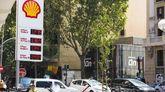 Dos gasolineras en Madrid.