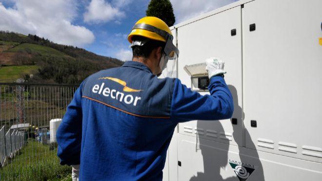 Empleado de Elecnor realizando tareas de mantenimiento.