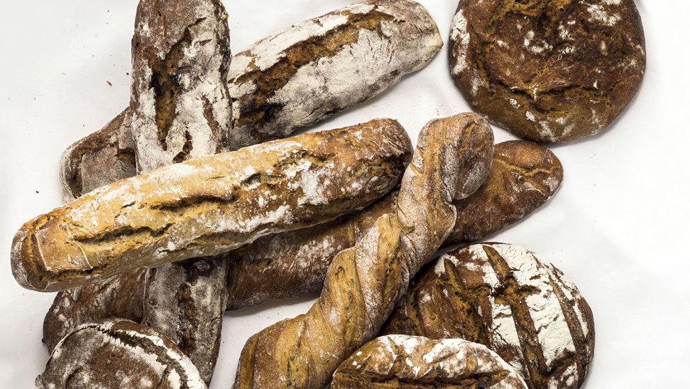 De izq. a dcha. y de arriba abajo: barra de pan de harina tostada de...
